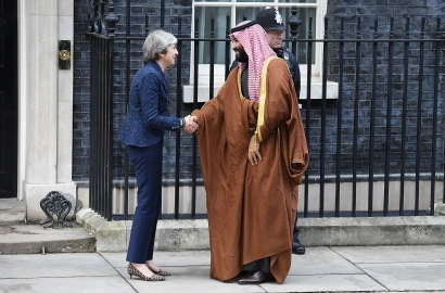Theresa May shakes hands with Crown Prince Mohammed bin Salman in front of 10 Downing Street