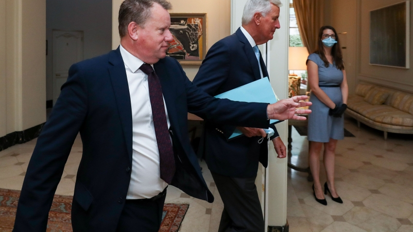 Britain's chief negotiator David Frost (L) and EU's Brexit negotiator Michel Barnier arrive for a working breakfast after a seventh round of talks, in Brussels on August 21, 2020